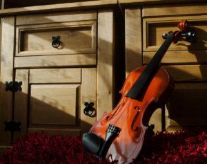 Violon alto appuyé sur un meuble